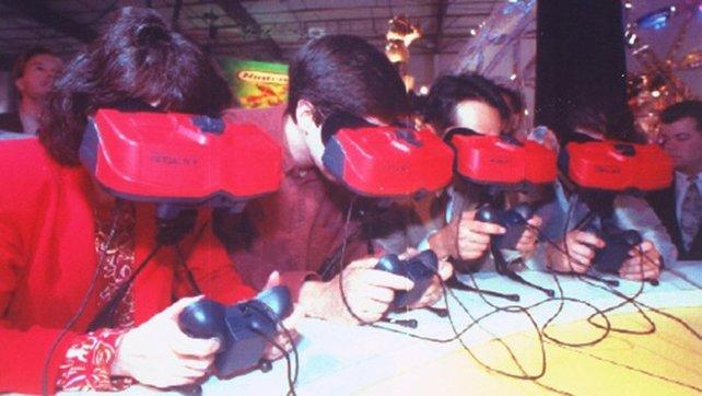 Durch die rotierenden Spiegel treffen pro Sekunde 22.400 LED-Lichtimpulse auf die Augen der Spieler. Doch auf Kopfbewegungen reagiert die Spielwelt nicht.