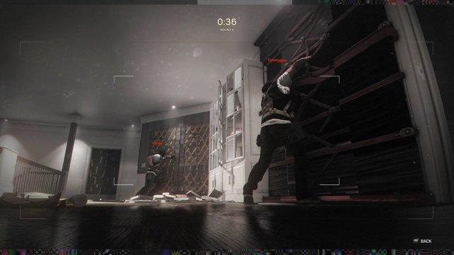Mit einer Minidrohne spioniert ihr das besetzte Gebäude vorab aus.