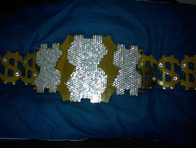"""Von links: Den Siegergürtel, sowie die """"Million Dollar Championship"""" selbst hat Ted DiBiase selbst in die WWE ..."""