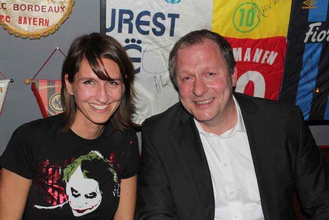 Von links: Steffi Ollesch von Konami neben PES-Kommentator Hansi Küpper. Unser ...