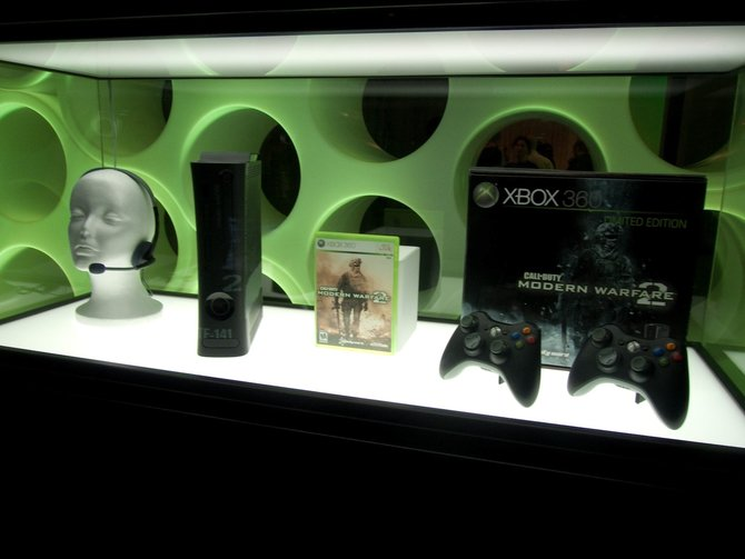 Links in der Vitrine steht die Modern-Warfare-2-Edition der ...