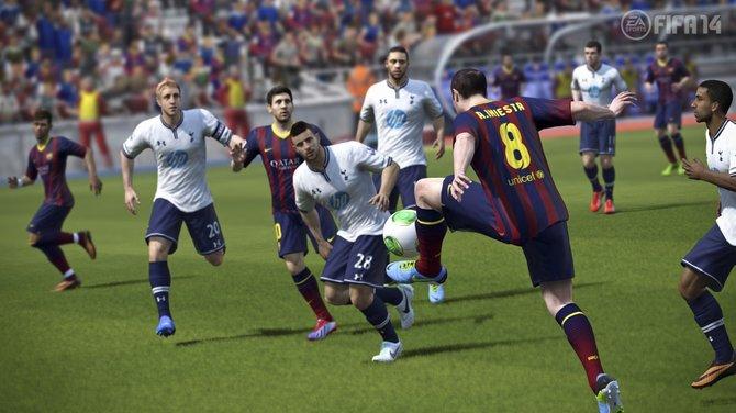 Athletische Ballannahme von Iniesta.
