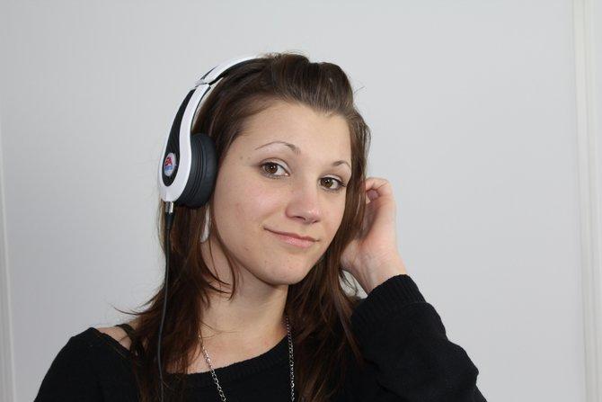 Der erste Kopfhörer eines Spieleherstellers: Der EA Sports MVP Carbon, präsentiert von Volontärin Anne.