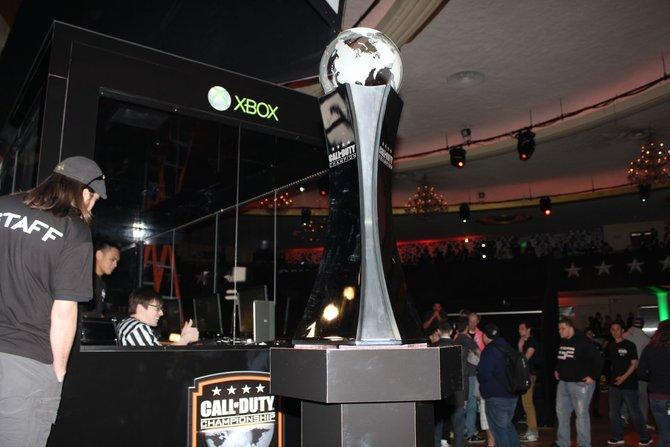 Diesen Pokal gilt es in Los Angeles zu gewinnen - und umgerechnet rund 306.000 Euro Preisgeld für den ersten Platz.