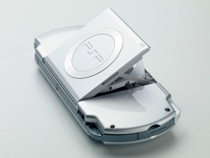 Die PSP überrascht im Gegensatz zur Konkurrenz mit einem optischen Laufwerk (links). ...