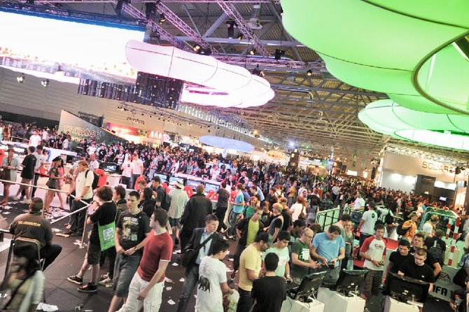 Bereits vergangenes Jahr war der Ansturm auf die Spielemesse in Köln riesig (Bild links). Battlefield 3 ...