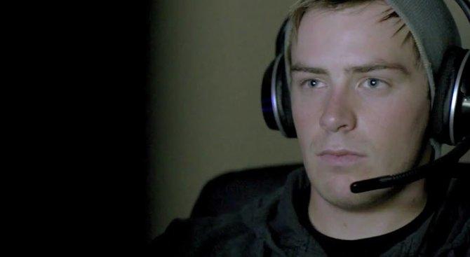 Das ist Phil. Er zockt gerne Online-Spiele und spricht dabei mit seinem Headset mit anderen Spielern.