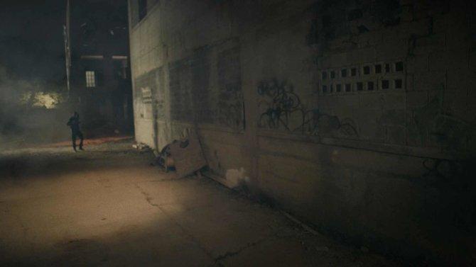 Das Video beginnt mit einem maskierten Mann, der nachts durch die Straßen schleicht.