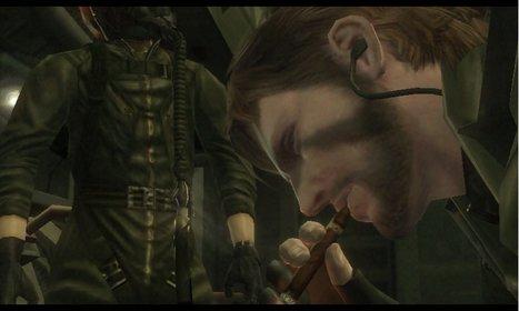 Typisch Snake: Kurz vor dem Einsatz frönt er noch seiner Nikotinsucht.