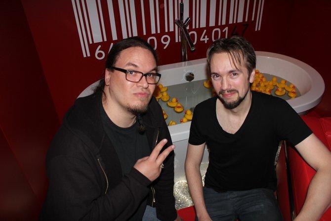 Onkel Jo mit Spiel-Direktor Tore Blystad vor der Hitman-Badewanne in einem Londoner Hotel. Der ...
