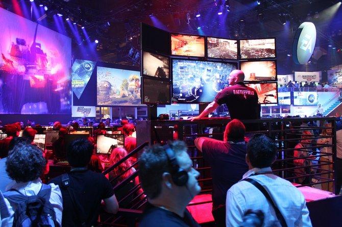 Bei EA hat jemand viele Bildschirme im Blick.