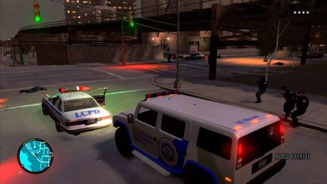 Bei mehreren Polizeisternen rücken Spezialkräfte an wie in GTA 4 (links). ...