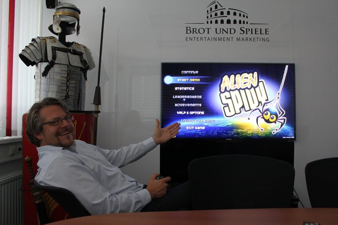Bernd Berheide von Herausgeber Kalyso stellt in der Redaktion Alien Spidy vor. Noch lacht er, ...