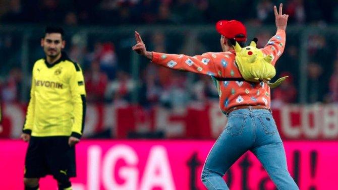 Dortmunds Gündogan schaut ein wenig amüsiert über den Pikachu-Flitzer.