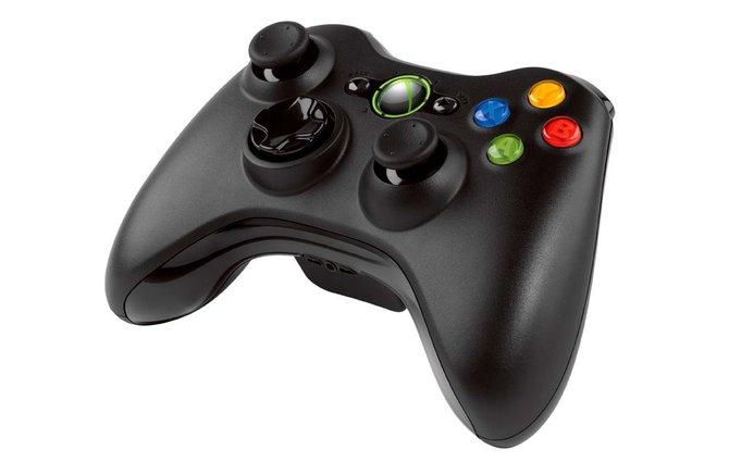 Der Standardcontroller der 360 (links) liegt ergonomisch in den Händen und ...