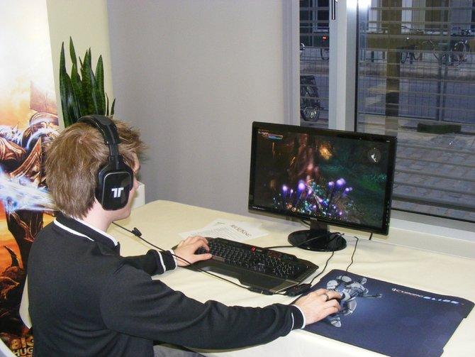 Bei EA in Köln steht System-Designer Justin Perez (rechts) bereit. spieletipps-Redakteur David legt ...