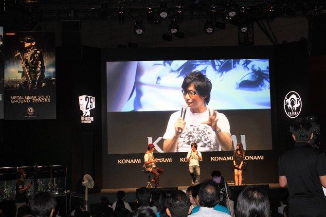 Auf der Bühne berichtetMetal-Gear-Erfinder Hideo Kojimavom 25jährigen Jubiläum der Spieleserie.