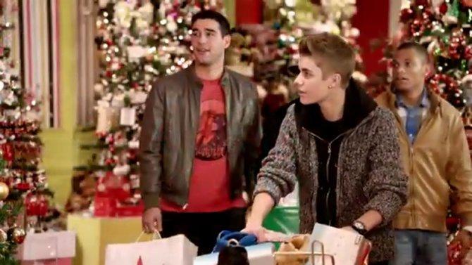 Justin Bieber geht in seinem Weihnachts-Musikvideo auf Einkaufstour.