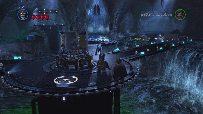In der Bat-Höhle sondiert ihr am Bat-Computer die nächste Mission.