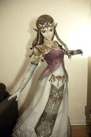 Hier seht ihr Zelda in Lebensgröße aus Papier nachgebildet.