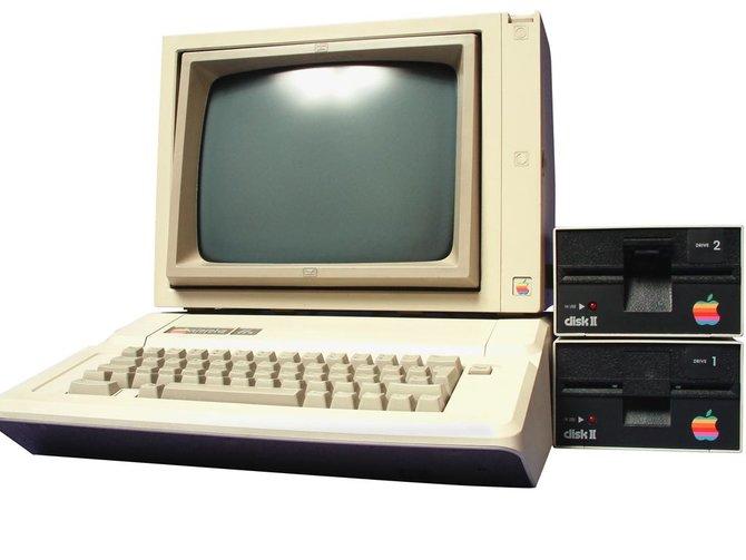 """Links seht ihr den Apple 2 von 1977 - einen der ersten Heimcomputer. Das mittlere Bild zeigt den """"SuperMUG"""" - einen Supercomputer mit ..."""