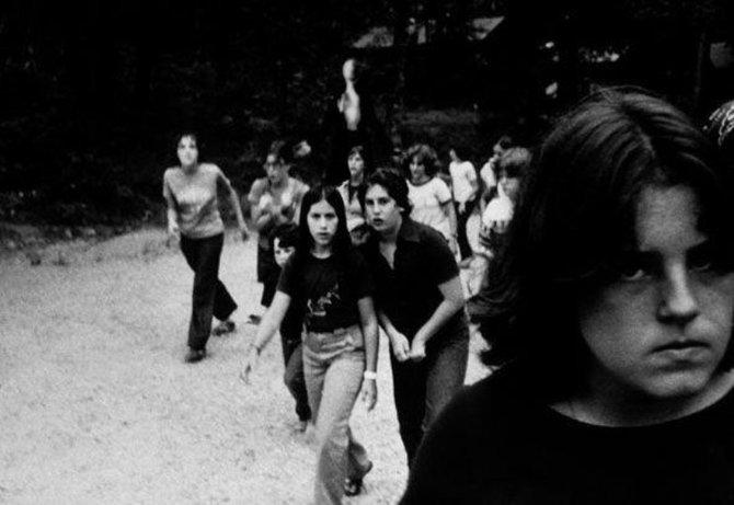 Originale Bildunterschrift: Wir wollten nicht gehen, wir wollten sie nicht töten, aber sein beharrliches Schweigen und seine ausgestreckten Arme entsetzten und trösteten uns zur gleichen Zeit. (Fotograf unbekannt, wahrscheinlich verstorben)