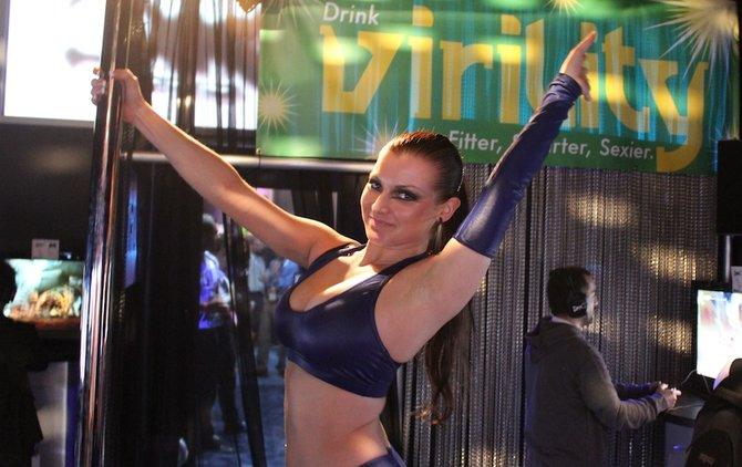 Einen exklusiven Tanz an der Stange führt diese Dame vor.