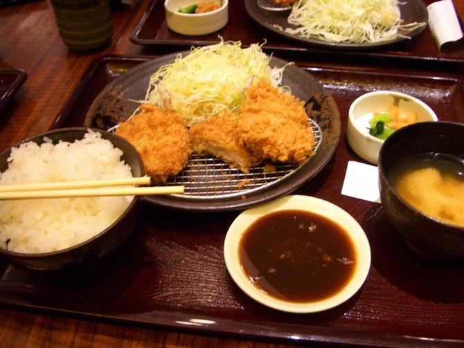 Tonkatsu (links) sind wie Wiener Schnitzel auf japanische Art. Ramen ...