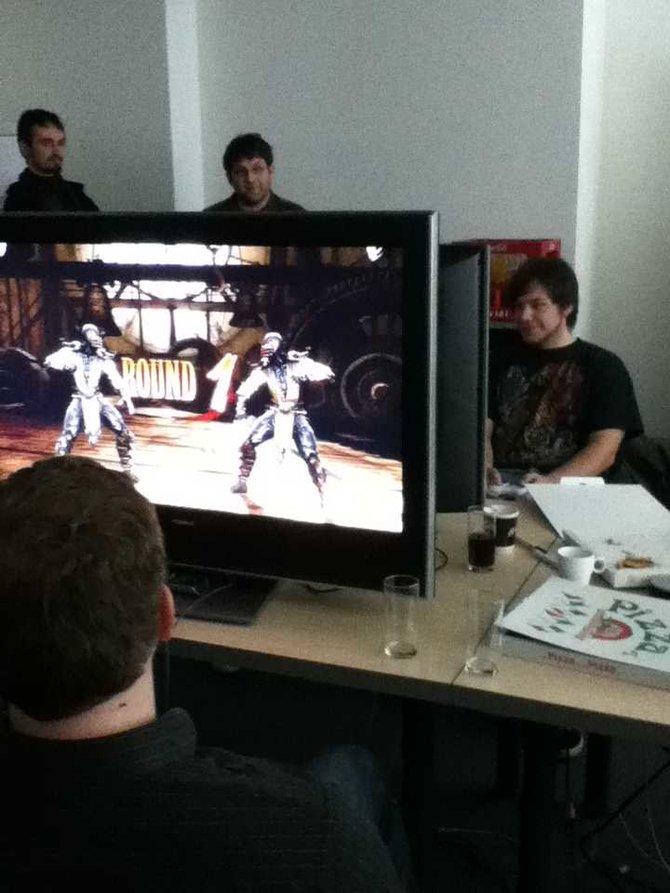In gemütlicher Runde mit vier Fernsehern veranstaltet Warner Bros. ein Mortal-Kombat-Turnier. Das Spiel läuft ...