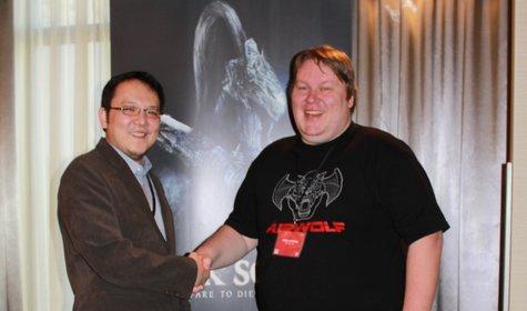 Produzent Hidetaka Miyazaki und spieletipps-Redakteur Sven in Las Vegas.