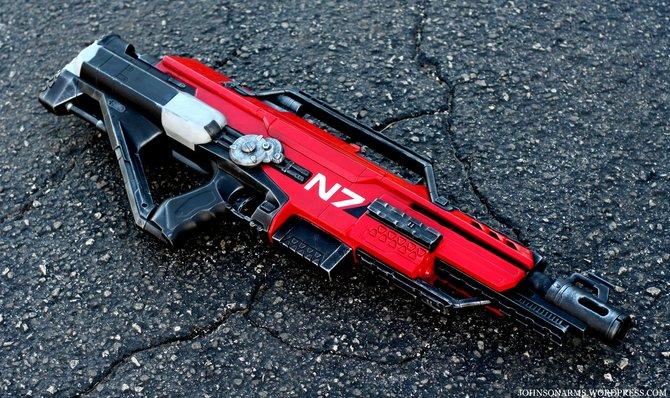 """Eine der bekannten Waffen aus Mass Effect. Auch an den """"N7""""-Schriftzug wurde gedacht."""