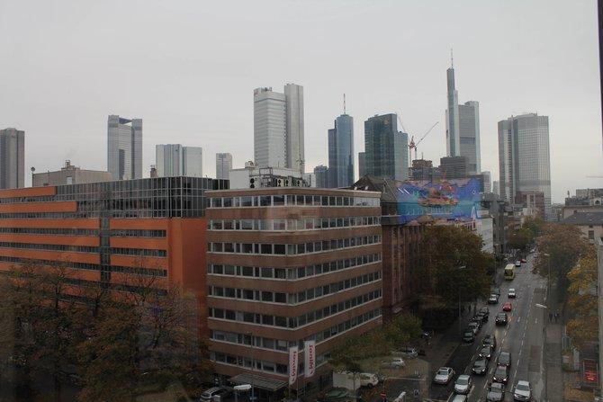 In Frankfurt bei Namco Bandai (links) treffen wir an einem verregneten Tag den Geschäftsführer von ...