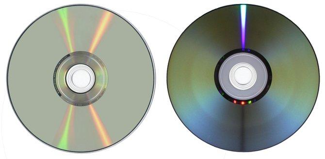 Zwei herkömmliche DVDs (links: einfache Schicht, rechts: doppelte Schicht). Foto: Ocrho, Wikimedia, CC