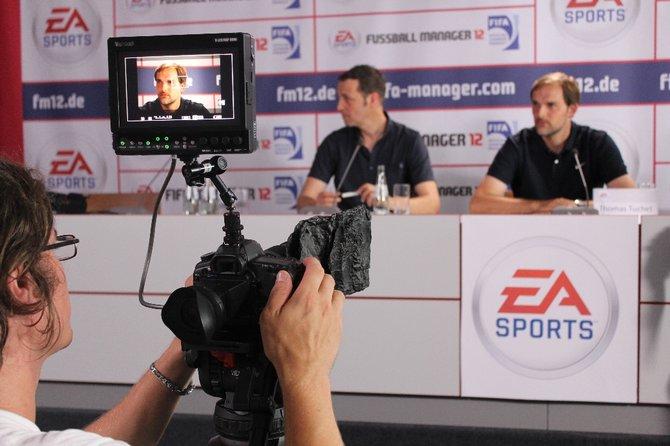 Rechts sitzt Bundesliga-Trainer Thomas Tuchel in der gestellten Pressekonferenz.