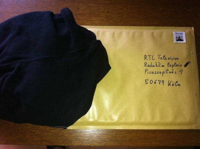 Und so geht's: Shirt vollschwitzen, Adresse und Briefmarke auf den Umschlag und ein Foto machen.