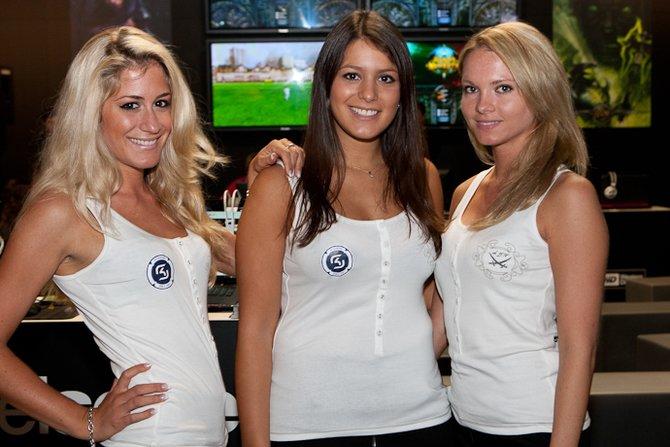 Achtung! Diese Frauen tragen ein SK-Logo. Dem Profispieler-Clan begegnet ihr besser nicht im Spiel.