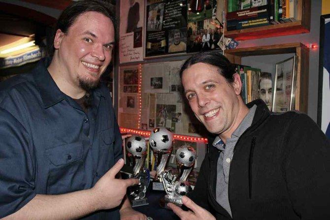 """Wer kennt die beiden noch von """"PC Action kocht""""? Jo Hesse und Ralph Wollner präsentieren die Pokale."""