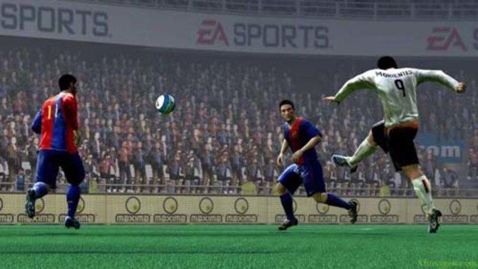 Der Stürmer schießt mit einem Fernschuss aufs Tor (FIFA 12, PSP-Version).