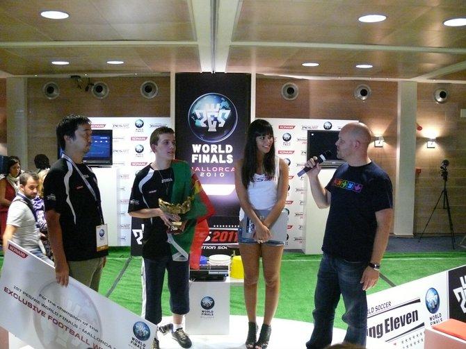 Mastermind Shingo Seabass Takatsuka übergab persönlich den WM-Titel.