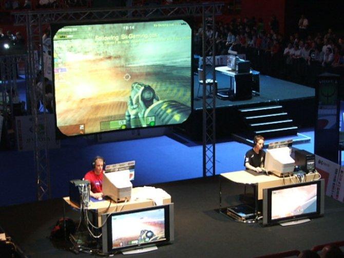 Die Fotos zeigen Gamer bei einem Tunier sowie eine Siegerehrung. ...