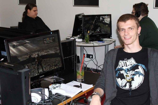 spieletipps-Redakteur Jannick Gänger spielt in Frankfurt bei Namco Bandai Dark Souls an. Ihr seht ...