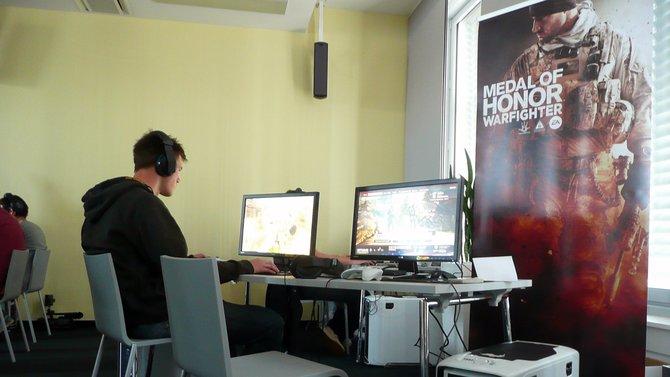 Spielejournalisten testen im Kölner Büro von Electronic Arts Deutschland Medal of Honor ...
