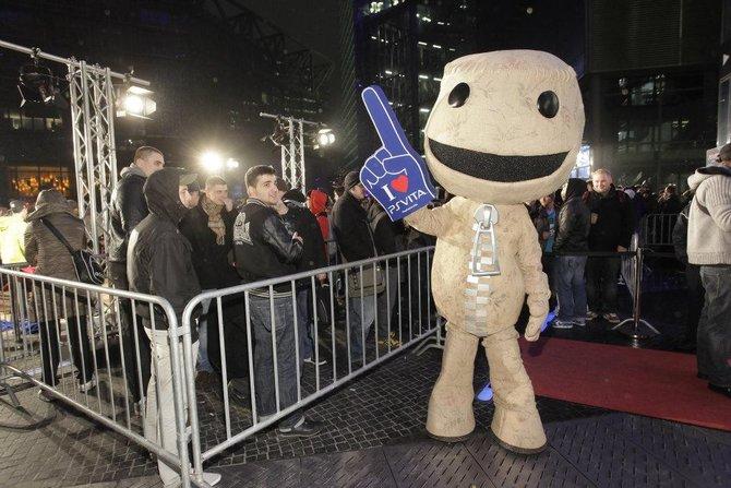 Sonys Hausmaskottchen Sackboy begrüßt die wartenden Massen.