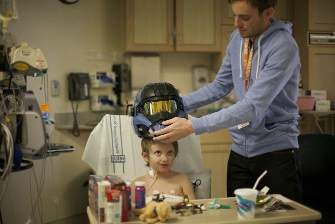 Der kleine Brady mit seinem Geschenk von Bungie - ein originalgetreuer Helm aus der Spielserie Halo.