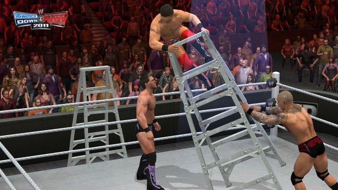 Von links: In Smackdown vs. RAW 2011 prüft Randy Orton die Stabilität ...