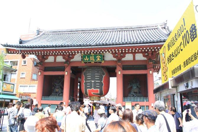 Japan ist ein Land der Gegensätze. Inmitten von Wolkenkratern finden sich alte Shinto-Schreine ...