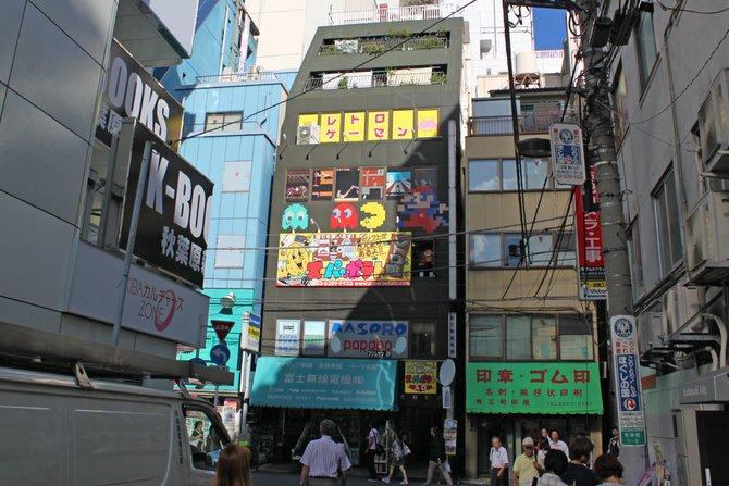 Der Super Potatoe (links) mit Mario- und Pac-Man-Fassade bietet eine reiche Auswahl an garantiert alten ...