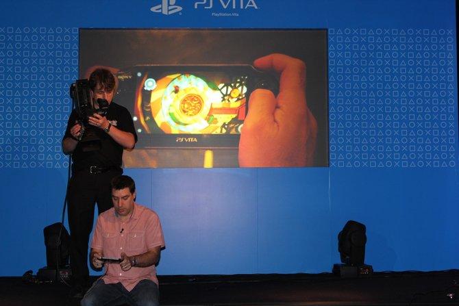 Auch die Rückseite der PS Vita spielt mit. Sie reagiert genauso auf Berührungen wie der ...