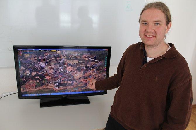 Gunnar Schreiber von Core X Group präsentiert Quest 'n Goblins. Im Hintergrund seht ihr die Spielstadt Madrira.