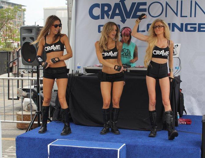 Tanzen für Crave. Gesehen auf einem Parkplatz gegenüber des Messegeländes.
